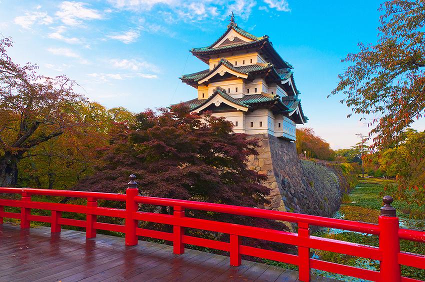 弘前城。あっぱれな景観です。