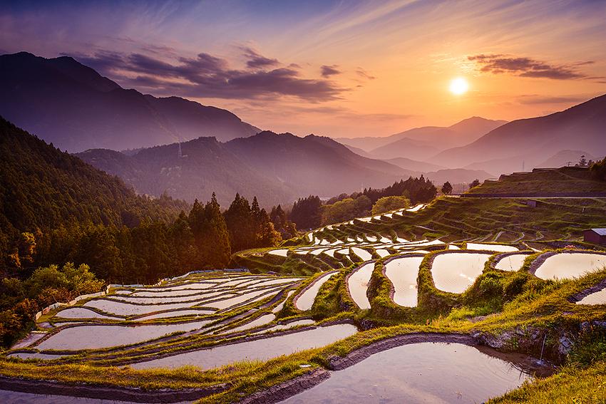 三重県熊野市紀和町丸山地区にある丸山千枚田。棚田は日本の原風景ですね。