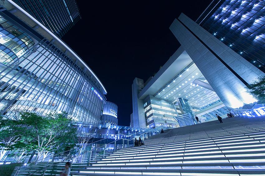 左がグランフロント、右が大阪駅。どちらも建物のデザインがいい