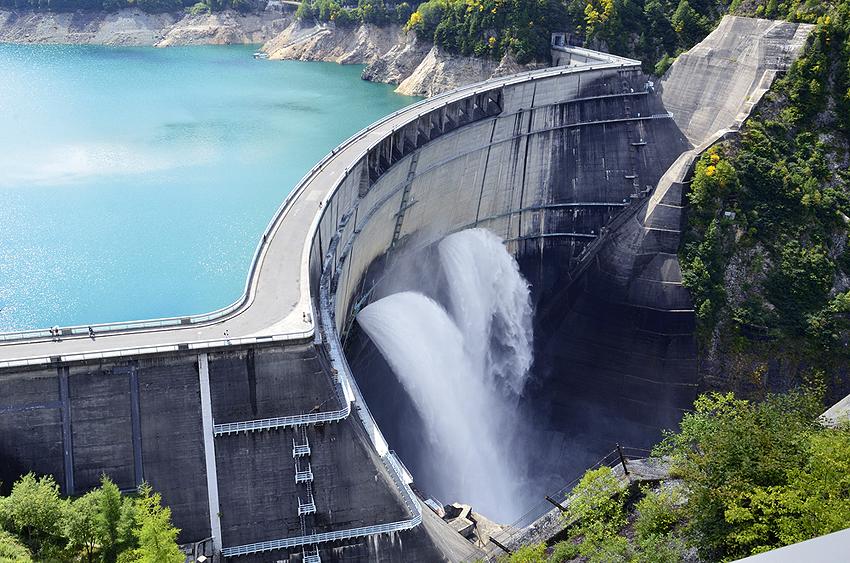黒部ダム。放水も圧巻。体が震えます。