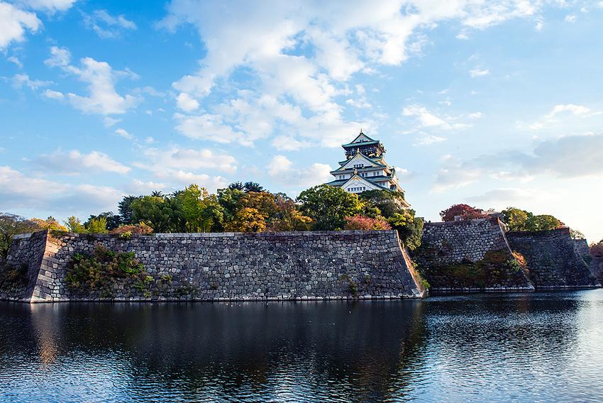 大阪の中心地にそびえ立つ古城は雄大だった