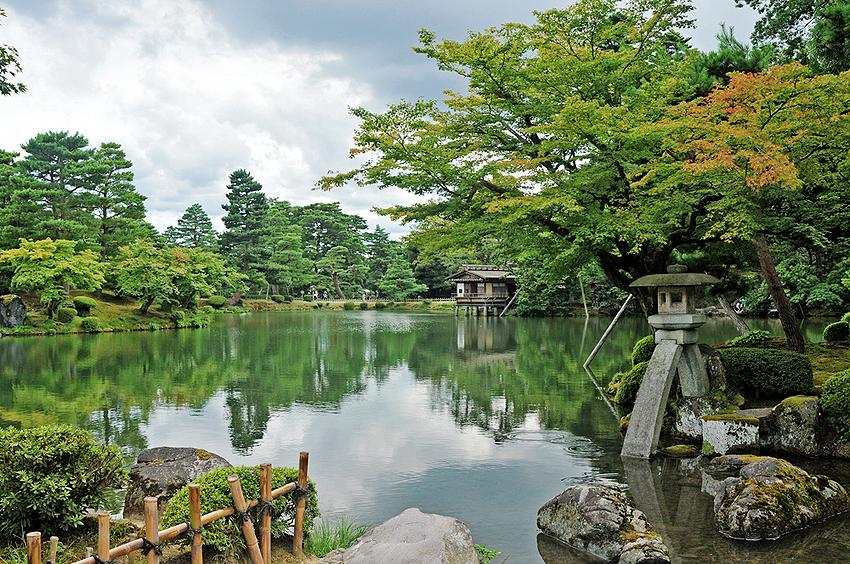 池の周辺にはお茶屋さんがある。