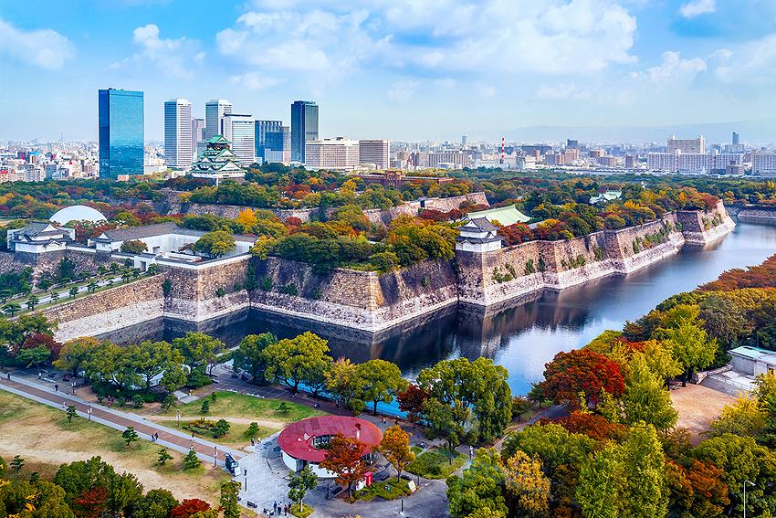 高層ビルから眺める大阪城周辺の景観