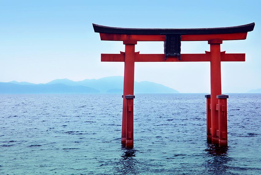 湖上に浮かぶ白鬚神社